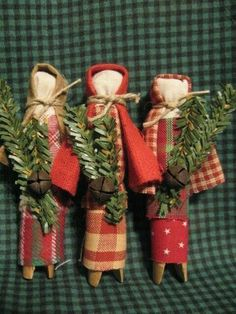Set of 3 clothespin prairie dolls. tall, assorted red fabrics, sprig with rusty bell. Primitive Christmas Crafts, Prim Christmas, Christmas Ornaments To Make, Christmas Projects, Handmade Christmas, Holiday Crafts, Vintage Christmas, Christmas Decorations, Yule