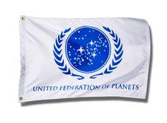 """Bandera Star Trek. Federación Unida de Planetas, blanca 90x60cm Bandera de la Federación Unida de Planetas, conocida también como la UFP (""""United Federation of Planets""""), un Estado interplanetario del Universo Star Trek."""