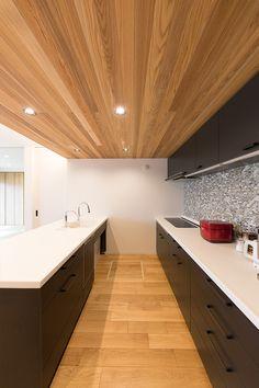 黒のカップボードにタイル張りのお洒落なキッチン。無垢材を使用し、優しさも感じられる空間。 #キッチン #タイル #無垢材 #デザイン #自動水栓 #施工事例 Wood Wallpaper, Wood Ceilings, Corner Bathtub, Home Interior Design, Tiny House, Kitchen Design, House Plans, House Design, Living Room