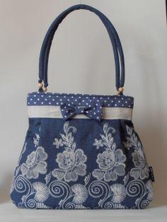 Hímzett virágmintás farmer, pöttyös anyag kombinációjával készített táska, pici masnival díszítve
