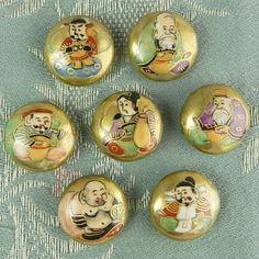 年代: 1900年代前半〜中頃 日本製海外輸出品こちらは、七福神が勢ぞろいの古い薩摩ボタンのセットです。画像の7個のボタン、まとめてお届け致します。直径1.5...|ハンドメイド、手作り、手仕事品の通販・販売・購入ならCreema。