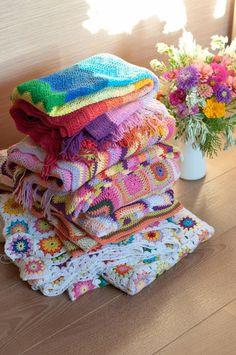 a small pile of blankets Modern Crochet, Crochet Home, Crochet Crafts, Baby Blanket Crochet, Crochet Baby, Knit Crochet, Knitting Projects, Crochet Projects, Manta Crochet