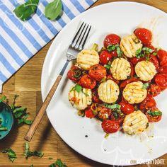 Low Carb Gnocchi sind eine richtig tolle Idee! Mit vielen Proteinen und wenig Kohlenhydraten sind sie eine super Alternative zum herkömmlichen Klassiker. Einfach zuzubereiten und richtig lecker.           Wer mag kann zum Schluss noch Parmesan reiben und über die Gnocchi streuen.