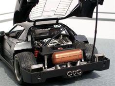 ferrari F40 1/18 de marque Bburago  Modifs :  - baquets d'origine repeint et floqué - instrumentation du tableau de bord revu et corrigé - répétiteurs de clignotant blanc cristal - compartiment avant modifié avec flocage noir + extincteur - trappes à essence personnalisé ferrari - moteur repeint ( grand merci à softcar pour son cours magistral) - feux arrières fumés - volant d'origine revu en version alu - Installation des disques et étriers de frein
