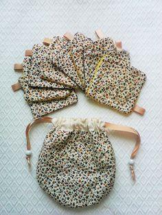 Lingettes lavables et pochette de rangement en coton a petites fleurs jaune moutarde et anthracite sur fond écru . : Accessoires de maison par kate27