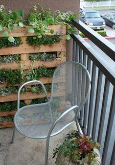19 originelle Ideen für einen gemütlichen Balkon - metallisch gitterstuhl silbern blumenkasten holz gemütlich balkon idee behaglich stadt