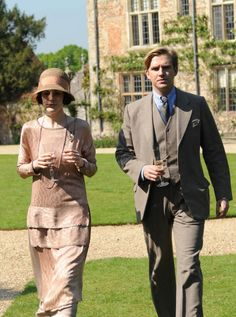 Michelle Dockery as Lady Mary and Dan Stevens as Matthew Crawley on Downton Abbey. Matthew Downton Abbey, Downton Abbey Season 3, Downton Abbey Dan Stevens, Lady Mary Crawley, Downton Abbey Costumes, Downton Abbey Fashion, Matthew Crawley, Light Grey Suits, Film Serie