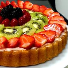 This fresh fruit flan recipe will be a tasty hit on Easter! For added sweetness, don't forget to use GOYA® Flan with Caramel. Fresh Fruit Desserts, Fresh Fruit Cake, Just Desserts, No Bake Desserts, Delicious Desserts, Dessert Recipes, Food Fresh, Bolo Flan, Flan Cake