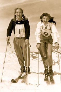 1948 Woman's Ski Team Gretchen Fraser & Andrea Mead - Andrea Mead Lawrence ( First Women's Olympic Goldmetalist Downhill Skiing. One of the most inspirational woman I have ever met. Thank you Andrea Mead Lawrence. Ski Vintage, Vintage Ski Posters, Vintage Winter, Vintage Travel, Winter Fun, Winter Sports, Mode Au Ski, Alpine Style, Vintage Sportswear