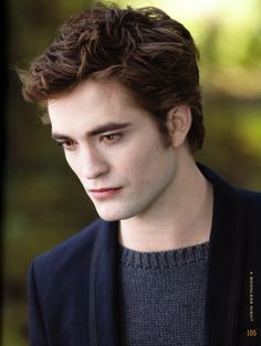 Fans may be mourning, but it seems Edward Cullen himself is ready for the vampire saga to end. Robert Pattinson is confessing his delight that the Twilight movies are finally coming to an end. Twilight Edward, Film Twilight, Twilight New Moon, Edward Bella, Twilight Cast, Bella Cullen, Robert Pattinson Twilight, Edward Cullen Robert Pattinson, Twilight Pictures