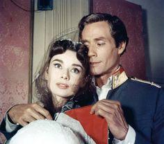"""Z mężem Melem Ferrerem (na zdj. w """"Wojnie i pokoju""""). On chciał kręcić filmy z Audrey, również jako reżyser i producent, bo to gwarantowało duże budżety. Ona pragnęła mieć więcej czasu dla rodziny - Audrey Hepburn Wszystko, czego nie wiedzieliście o najsłynniejszej ikonie stylu [DUŻO ZDJĘĆ]"""