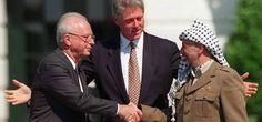 El primer ministro israelí, Yitzchak Rabin, estrecha la mano del archi-terrorista Yasser Arafat en la firma de los Acuerdos de Oslo.  (AP)