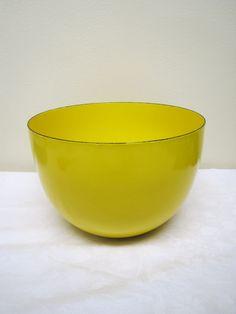 Finel, iso keltainen emalikulho, siistikuntoinen, ei emalivikoja, sisäpuolella hentosia käytön jälkiä, suulla hiukan rosoisuutta, pohjassa Finelin leima.  Korkeus 14, halkaisija 21 cm.  55 euroa.