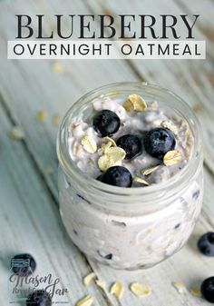 Do you think your morning routine is too hectic to have a healthy and delicious breakfast? If you can take about 15 minutes the night before to whip up this Blueberry Overnight Oatmeal in a Jar recipe you can have a nutritious breakfast waiti Overnight Oats Mason Jar, Mason Jar Oatmeal, Overnight Oats With Yogurt, Blueberry Overnight Oats, Oatmeal Yogurt, Overnight Oatmeal, Blueberry Oatmeal, Mason Jar Breakfast, Yogurt Breakfast