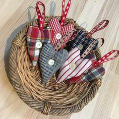 Diy Paper Christmas Tree, Christmas Hacks, Christmas Tree Ornaments, Christmas Crafts, Crafts To Make, Kids Crafts, Puzzle Piece Crafts, Mushroom Crafts, Scottish Gifts
