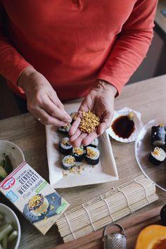 """Für die Dr. Oetker Blogger-Genuss-Tüftler-Challenge habe ich aus der neuen """"Für Deine Genuss Werkstatt"""" Mais Korkant in eine Kürbis-Chai-Latte und in Kürbis Sushi gemixt #KürbisSushi #Goldenmilk #GoldenChaiLatte #Kürbischailatte #GenussWerkstatt #DrOetker #GenussTüftlerChallenge #foodbloggerde Fudge, Foodblogger, Chai, Latte, Dairy, Challenge, Cheese, Pumpkin Jam, Pumpkin Pasta"""