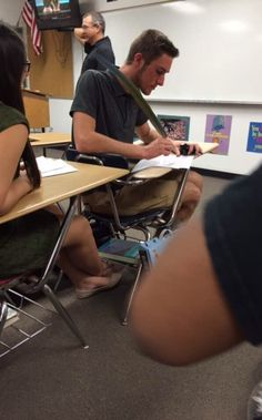 This teacher who knows how to deter students from forgetting to bring a pen: | 31 Teachers Who Are Definitely Funnier Than Their Students