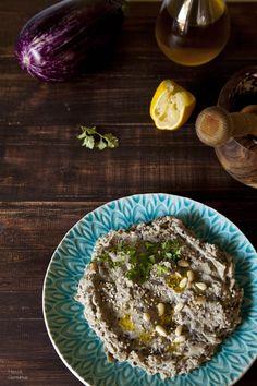 Esté puré de berenjenas se conoce como baba ghanoush o mutabal, una manera sencilla de traer un plato de oriente medio a nuestra casa. La puedes utilizar como base de un bocadillo vegetal o servirlo como dip.