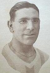 Avelino Martins - Avelino da Silva Martins nasceu no dia 11 de Maio de 1904 em São Mamede de Infesta, Matosinhos. Estreou-se na equipa principal do Futebol Clube do Porto na temporada de 1928/29, tendo vestido a camisola dos Dragões durante nove temporadas. Jogando a defesa, esteve presente no campeonato de Portugal de 1931/32, onde o F.C. Porto derrotou o C.F. Belenenses por 2-1, na finalíssima disputada em Coimbra, depois de duas semanas antes terem empatado 4-4. Na época de 1934/35…