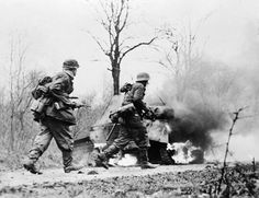 ARDENNES OFFENSIVE 16 DECEMBER 1944 - 28 JANUARY 1945 (EA 48015)   German troops during the Ardennes Offensive in December 1944 - January 1945.