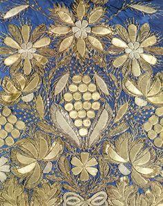 Золотым шитьем принято называть вышивку металлической нитью - золотной, серебряной. До XI века в этом виде шитья употребляли волоченое золото и серебро - нити в виде тянутых проволочек. Позднее вместо волоченых нитей начинают использовать металлическую нить, скрученную на льняную или шелковую основу. К XVI веку золотая нить почти полностью исчезает, ее заменяет золоченое серебро.