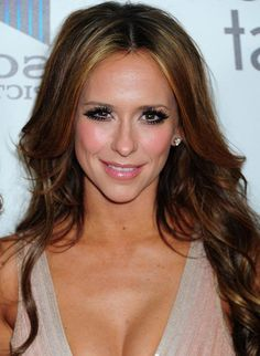 Triangular (pear-shaped) face shape : narrow forehead, wide jaw and chin line Hair style : volume at the temples and some height at the top. Disguise narrow forehead with soft bang or fringe Triangle Face Hairstyles, Face Shape Hairstyles, Cool Hairstyles, Oval Face Shapes, Oval Faces, Long Faces, Jennifer Love Hewitt Body, Dicker Pony, Pear Shaped Face