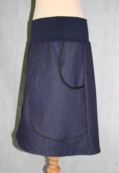 Das Rockt.  Dieser schöne Jeans Rock hat 2 extra große Taschen, die mit schwarzen Schräg und Paspelband umfasst sind.   Er ist leicht ausgestellt in A-Form und endet je nach pers. Größe in ca....