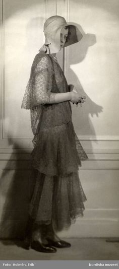 1930. Klänning i olika längder, hatt med stort brätte. Foto: Erik Holmén för Nordiska Kompaniet