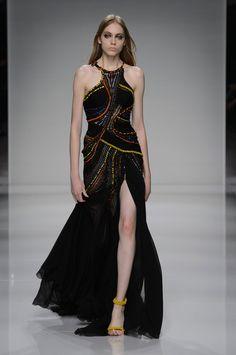Versace: alta-costura acerta nos longos superjustos e supertrabalhados - Vogue | Desfiles