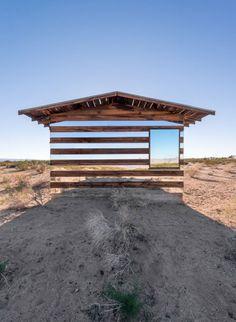 Une maison insolite qui réfléchit la lumière par l'artiste Philipp K. Smith III. L'artiste a revisité un vieux cabanon des années 70 pour en faire une oeuvre d'art nommée Lucid Stead. Cette maison est recouverte de miroirs qui réfléchissent la lumière du désert Californien. La nuit tombée, les mirroirs s'illuminent de toutes les couleurs pour un effet surprenant.