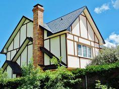 #Casa de estilo canadiense en #Becerril de la Sierra 317 m2 construidos sobre parcela de 939 m2 , jardín y piscina de agua salada.