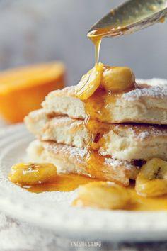 Puszysty omlet na słodko z bananami karmelizowanymi w soku z pomarańczy