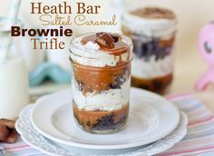 Heath Bar Salted Caramel Brownie Trifles - Confessions of a Cookbook Queen/Love this idea! Layers of crumbled brownies, salted caramel, crushed Heath bars, and a creamy filling to hold it all together. Mason Jar Desserts, Trifle Desserts, Mini Desserts, Just Desserts, Delicious Desserts, Dessert Recipes, Chocolate Desserts, Mason Jars, Dessert Shooters