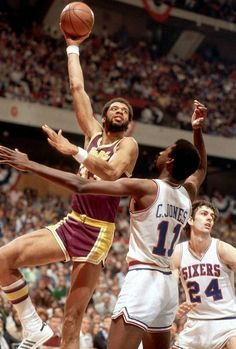 Kareem during the 1980 NBA Finals. Check out more NBA Action at… Basketball Is Life, Basketball Pictures, Sports Basketball, Basketball Players, Nba Pictures, Basketball Shooting, Kentucky Basketball, Duke Basketball, Kentucky Wildcats