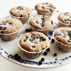 Lækre blåbær muffins med både marcipan og hvid chokolade - find opskriften her.