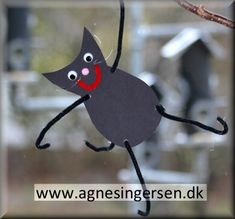Klatrekatten er flyttet ind i min dagpleje :) Vi ved aldrig helt hvor katten er, den klatrer rundt alle vegne :) Du finder vejledningen og skabelonen på klatrerkatten lige her:   http://agnesingersen.dk/blog/klatrekat :) #fastelavnskat #kat #diy