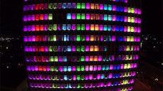 «Lighthouse Project » est une installation interactive qui équipe la façade de l'immeuble de 14 étages de l'Université de Kiel (Allemagne). Transformé en un gigantesque écran pour jeux vidéo par quatre étudiants en technologie et informatique (Jonas Lutz, Andreas Boysen, Merlin Kötzing et Chris Kulessa) cette réalisation baptisée également Kieltris équipe les 390 fenetres de rampes de Led de 70cm et permet de jouer au fameux jeu Tetris en version géante.