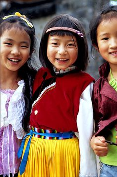 Asian beauty - Joyful Naxi girls in Lijiang, Yunnan, China We Are The World, People Around The World, Around The Worlds, Beautiful Smile, Beautiful World, Beautiful People, Amazing People, Cultures Du Monde, World Cultures