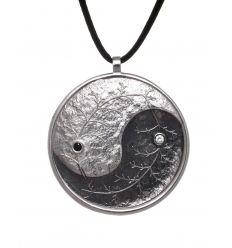Dos hojas entrelazadas adornadas con circonitas crean este preciosos colgante yin y yang de www.ekleipsis.com.