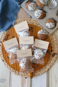商品ID 062947 のガス袋に入れ、商品ID 090335 のペーパーヘッダーをホッチキスで止めてお店みたいなラッピングになります♪おすすめです。 Bake Sale Packaging, Baking Packaging, Bread Packaging, Dessert Packaging, Food Packaging Design, Comida Picnic, Cookie Factory, Madeleine Recipe, Chocolate Pack