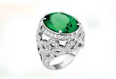 """Van Cleef & Arpels Les Jardins collection """"Pergola"""" Ring 嬌艷的花朵此時還在隱匿孕育,濃濃的綠色卻早已湧上枝頭梢間。18K白金底座上鑲嵌鑽石,簇擁著19.85克拉的橢圓切割綠色碧璽寶石。"""