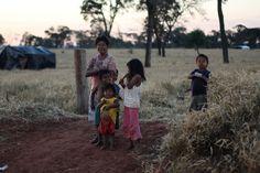 Cerca de 80 famílias Guarani e Kaiowá do tekoha - lugar onde se é - Taquara, no município de Juti (MS), estão ameaçadas de despejo. Depois de decisão da Justiça Federal no fim de fevereiro, reintegração de posse contra indígenas pode ocorrer durante visita da relatora especial da Organização das Nações Unidas (ONU) para os Direitos e as Liberdades Fundamentais dos Povos Indígenas, Victoria Tauli-Corpuz, ao Brasil.