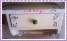 repisa horizontal un cajón, decorada a mano motivo flores silvestres. por lina dizayn