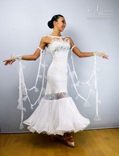 社交ダンスウェアNiniDance:D595ホースヘアフリルとスカート切替の純白モダンドレス