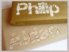 Use mapas e partituras para decorar a embalagem de presente com o nome do presenteado