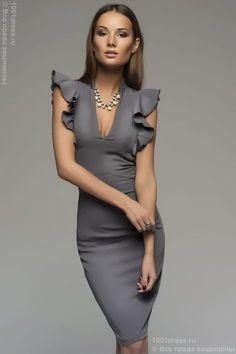 Серое платье-футляр с воланами на плечиках. Серый в интернет магазине Платья для самых красивых 1001dress.Ru