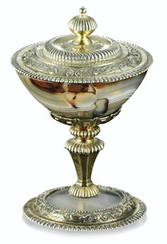 COUPE COUVERTE RONDE EN AGATE MONTÉE EN VERMEIL DANS LE STYLE DU XVIIE SIÈCLE, VERS 1860 AN AGATE CUP AND COVER WITH SILVER-GILT MOUNTS, IN 17TH CENTURY STYLE, CIRCA 1860. Sotheby's