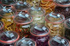 Bij het drogen van voedsel is het belangrijk het voedsel zo kort mogelijk te drogen. Om dit te realiseren is voldoende warme lucht nodig, op lage temperatuur, en een goede afvoer van de vochtige lucht. De volgende tabel geeft u een indicatie voor het drogen van voedsel in een droogoven (ook voed Canning Recipes, Raw Food Recipes, Vegetable Recipes, Healthy Recipes, Slow Cooking, Kiwi, Hydrating Foods, Food Dryer, Vitamine B12