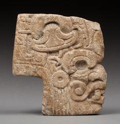 Belle hacha présentant une tête humaine aux traits de la divinité Kukulcan (Quetzalcóatl chez les Aztèques).  Pierre dure sculptée profondément en forme de sabot. Ancienne patine du temps, quelques traces de concrétions calcaires en surface et d'oxydation incrustée dans la matière.  Maya, époque classique, 550-950 après JC.  23,5x22x5cm  Provenance : Collection privée Paris, après succession. Acquis par son actuel propriétaire avant 1970.  #Maya #Hacha #Stone #PrecolumbianArt