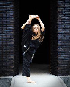 "628 Me gusta, 48 comentarios - Mary Gen🐬🌹 (@mary_amato) en Instagram: ""Fearless🖤 . 💥✨ . 📸: @rebekahsheihphotography"" Female Martial Artists, Martial Arts Women, Shotokan Karate, Karate Girl, Pose Reference, Art Education, Poses, Instagram, Art Women"